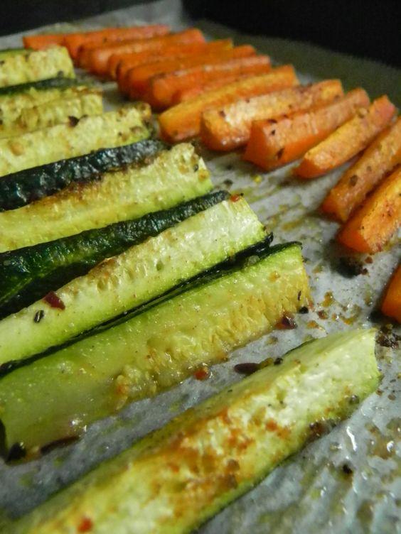 GUARNICIÓN SALUDABLE -  Para reemplazar las ricas papas fritas , pero que, convengamos, no son nada saludables, podemos variar algunas veces, horneando bastones de zucchinis y zanahorias, espolvoreados con alguna especia o hierba a gusto, dejándolos algo crocantes. Luego rociamos con oliva ... y cuéntenme si no son deliciosos !!!