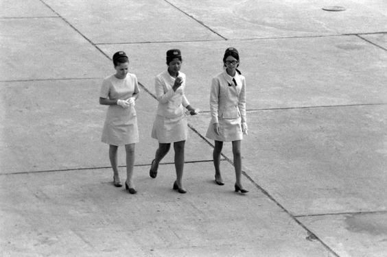 Hospedeiras da DETA na pista do Aeroporto de Lourenço Marques, anos 1960. Se alguém souber os nomes das senhoras, por favor deixe uma nota a...