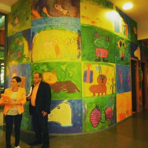 Al ingresar uno se encuentra con  estos murales.