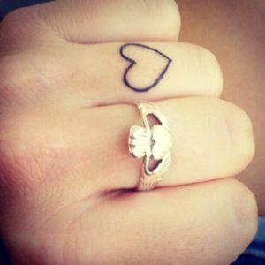 tatuagens no dedo com coração