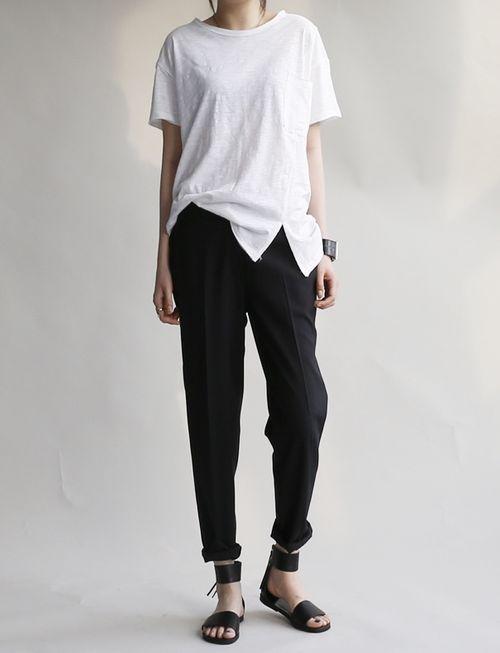 Top blanco y pantalones masculinos