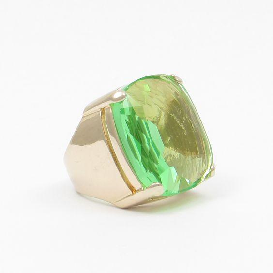 Anel Retangular com banho de Ouro 18K e Cristal Verde. COMPRE AQUI: http://bberry.com.br/colecoes/casual/anel-retangular-cristal-verde.html