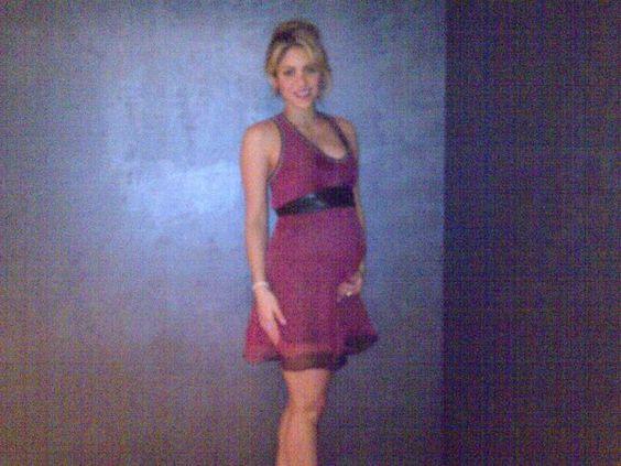 Shakira gravidanza foto: la cantante pubblica la foto con il pancione su Facebook