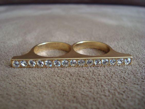 Anel duplo em metal dourado com aplicação de strass branco.  Ambos os aros são 18 (diâmetro: 1,75cm) R$29,00