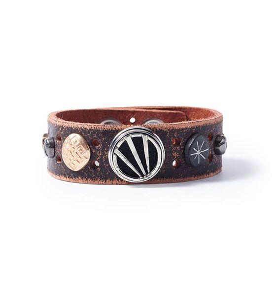 Noosa Amsterdam armband Warrior Strength bracelet. De Warrior Strength armband van NOOSA-Amsterdam is met de hand gemaakt van leer en versierd met symbolische studs. De armband sluit met een drukknoop en kun je customizen met 1 NOOSA-Amsterdam Chunk.