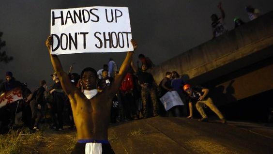 Proteste in Charlotte Demonstranten widersetzen sich Ausgangssperre Charlotte kommt nicht zur Ruhe. Hunderte widersetzen sich der Ausgangssperre. Die Familie des von Polizisten getöteten Schwarzen fordert derweil die Veröffentlichung eines Videos, das die Umstände seines Todes zeigen soll. Der Polizeichef lehnt ab.