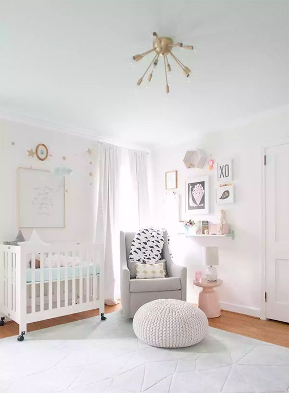Rosa, gris, coral y mint en una cuarto de bebé lleno de estilo y buen gusto!