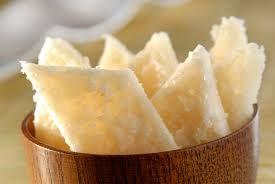 COCADA Ingredientes  1 kg de côco fresco ralado 800 g de açúcar 250 g de água Tabela de conversão de medidas  Modo de preparo Em panela coloque a água e o açúcar e deixe ferver até formar e uma calda espessa coloque o côco deixe ferver por uns 10 minutos. Retire do fogo e bata essa massa com um colher para não ficar muito dura quanto secar espalhe sobre um tabuleiro untado com manteiga (ou mármore) e deixe esfriar,corte no tamanho que desejar. Sirva em seguida.