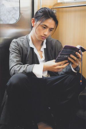電車で本を読んでいる斎藤工