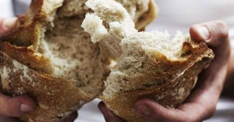 Darabokra törte a kenyeret