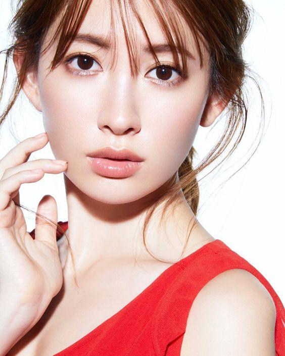 真っ直ぐな瞳のかわいい小嶋陽菜