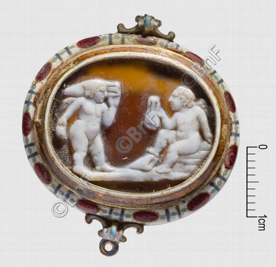 """camée, """"Deux génies bachiques"""" (camée.96), BnF. Sardonyx, époque romaine"""