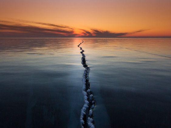 Imagem de uma rachadura no gelo em um lago congelado na Rússia.