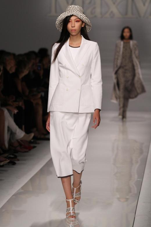 Weiß All-Over ganz ohne Unschulds-Assoziation gibt es auch bei Max Mara zu sehen. Durch den Blazer wirkt der Look klassisch.