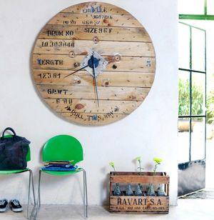 door hout in bepaalde vormen te zagen en desnoods aan elkaar lijmen of spijkeren, kan je mooie kunst maken.