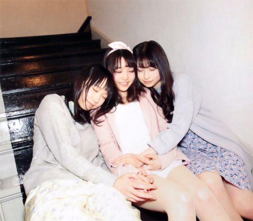 階段で寝ている夏川椎菜さんと雨宮天さんと麻倉ももさん