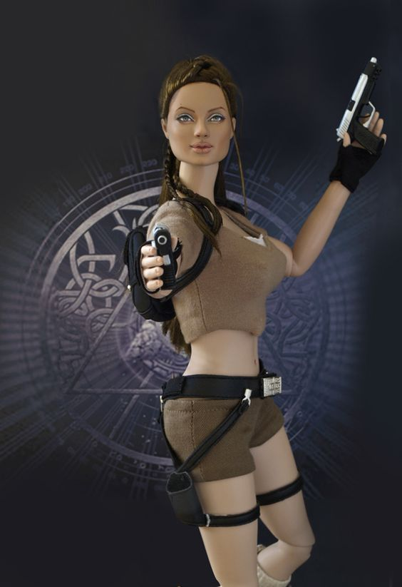 DOLL ANGELINA JOLIE - LARA CROFT - TOMB RAIDER