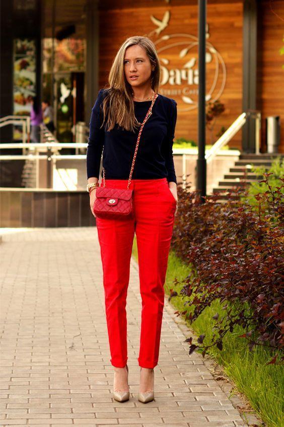 Look De Moda Jersey Con Cuello Circular Azul Marino Pantalon De Pinzas Rojo Zapatos De Tacon De Cuero Marron Claro Bolso Bandolera De Cuero Acolchado Rojo Pantalon Rojo Mujer Outfit Pantalon