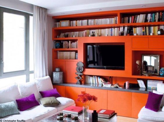 Petit salon bibliotheque orange A remplacer par mur orange + meuble tv orange + tv au mur + tableau ou meubles suspendus orange