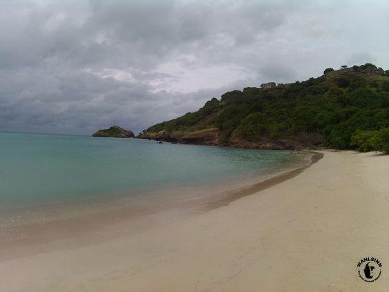 Wolken gibt es in der Karibik eigentlich immer - dies lässt diesen Strand auf Antigua aber dennoch nicht weniger schön wirken