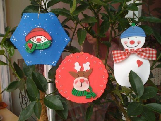 Bonitos adornos de Navidad para colgar en el árbol o en cualquier otro lugar para decorar. En colores alegres y navideños. Diferentes formas. Se pueden comprar juntos o por separado. Una sola cara con diseño. Mide aproximadamente 12 cms. Precio €3.75 ($4.80). Tambien se pueden pedir de doble cara, con relleno en medio y con el diseño en ambas caras. Precio: €6.50.  Beautiful Christmas crafts. Please visit my shop. Made with Foami. Hecho con Goma Eva,pintura,pegamento. Diseño-cortar-pegar.