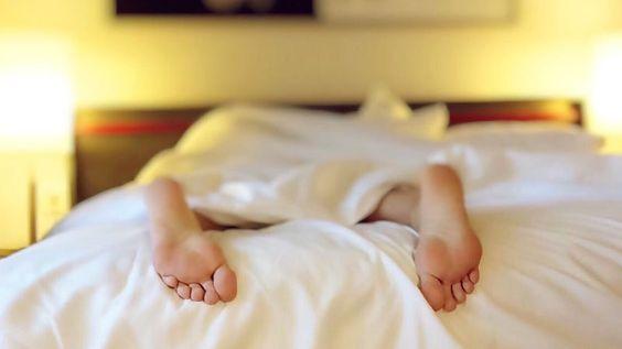 Der Schlaf ist für die ordnungsgemäße Funktion des Körpers unerlässlich, weil er hilft ihn zu regenerieren. Experten empfehlen etwa acht Stunden Schlaf pro Nacht, aber die Versuchung am Morgen im Bett zu bleiben, ist sehr