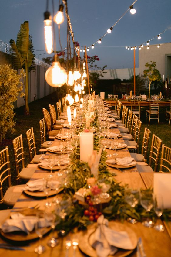 O mini wedding de Vanessa e Ney teve a decoração toda inspirada na Toscana. Mesas comunitárias foram decoradas com velas, folhas de eucalipto e elementos comestíveis. Varal de luzes e lâmpadas de filamento iluminaram o espaço da recepção, que foi ao ar livre. Clique na foto para ver o mini wedding completo no blog da Sonhos Altos Fotografia! | rústico chic, casamento no jardim, casamento na Toscana, casamento autêntico, mesa comunitária, casamento de noite, ideias para casamento