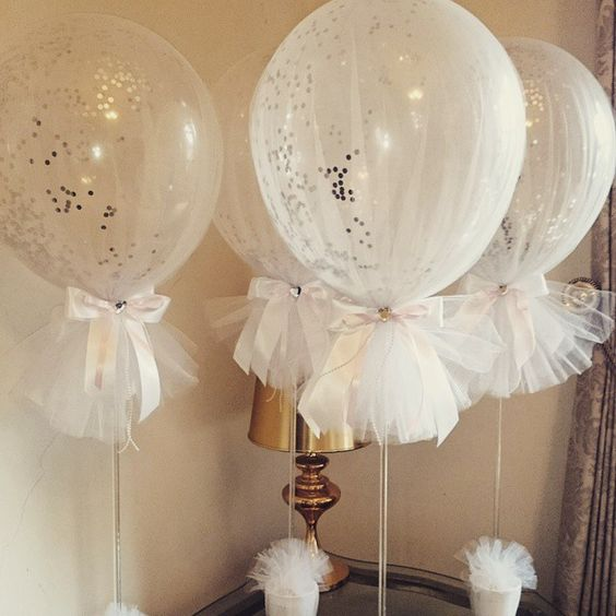 Tulle balloons with silver confetti for a Holy Communion,  so preety  #tulleballoons #confettiballoons #communionballoons