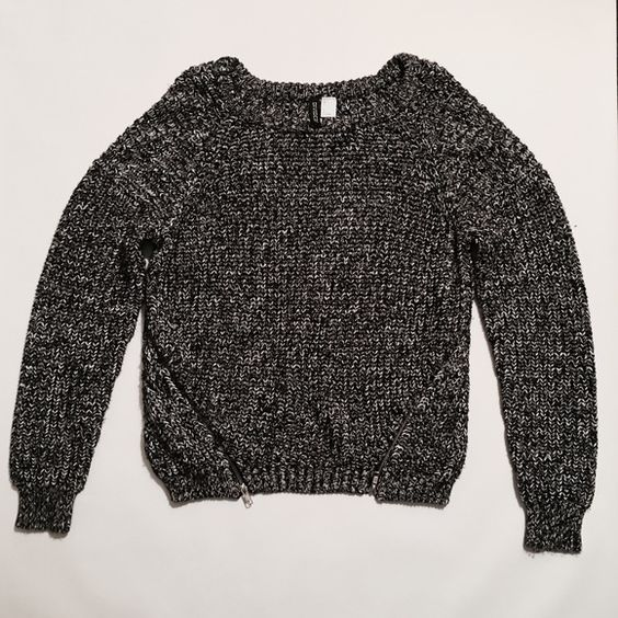 H&M Melange Pullover Sweater H&M Melange Pullover Sweater Size 12, nice and roomy for a boyfriend fit! Nice to wear it alone in Spring& Fall 55% cotton, 45% acrylic. Gently Used Condition!☀️ H&M Sweaters Crew & Scoop Necks