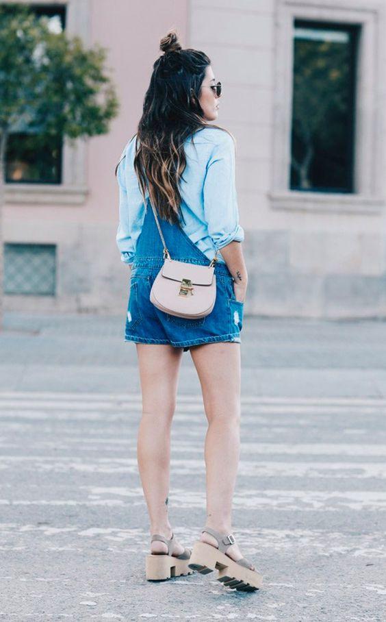 Street style look com jardineira jeans e salto tratorado.: