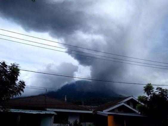Covesia.com - Gunung Gamalama di Kota Ternate, Maluku Utara, mengeluarkan abu vulkanik setinggi 500-600 meter dari kawah pada Rabu pukul 06.28 WITA.Petugas...