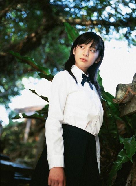 白いブラウスに黒いスカートをはいた夏帆の昔の画像