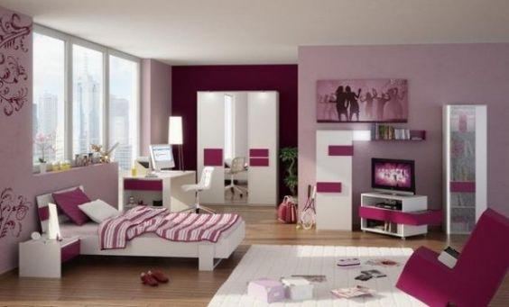les murs pourpres dans la chambre d'une fille ado