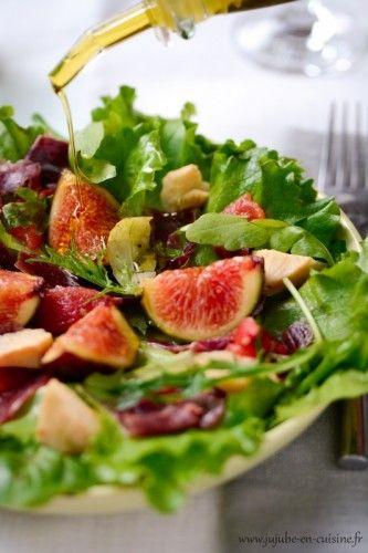 salade verte, figues, jambon cru, tomates confites et cœur d'artichaut