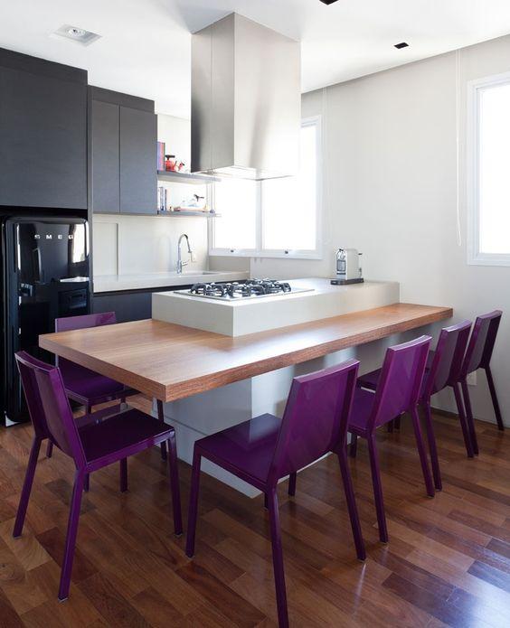 #reforma #cocina (presupuestON.com) abierta con muebles color carbón, isla para zona de cocción y encimera de madera como mesa de comedor, suelo parquet.