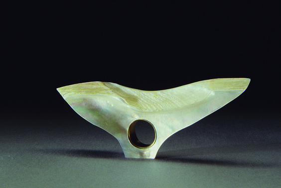 Tasso Mattar Ring: Untitled, 1989 Mother of pearl, yellow 18kt gold. 10 x 2 x 4 cm Photo by: Ralph Klein:
