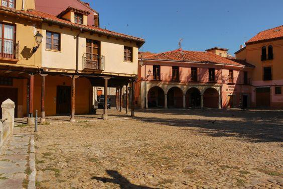 León, España (26) - La plaza adoquinada de Santa María del Camino, o como es mejor conocida Plaza del Grano