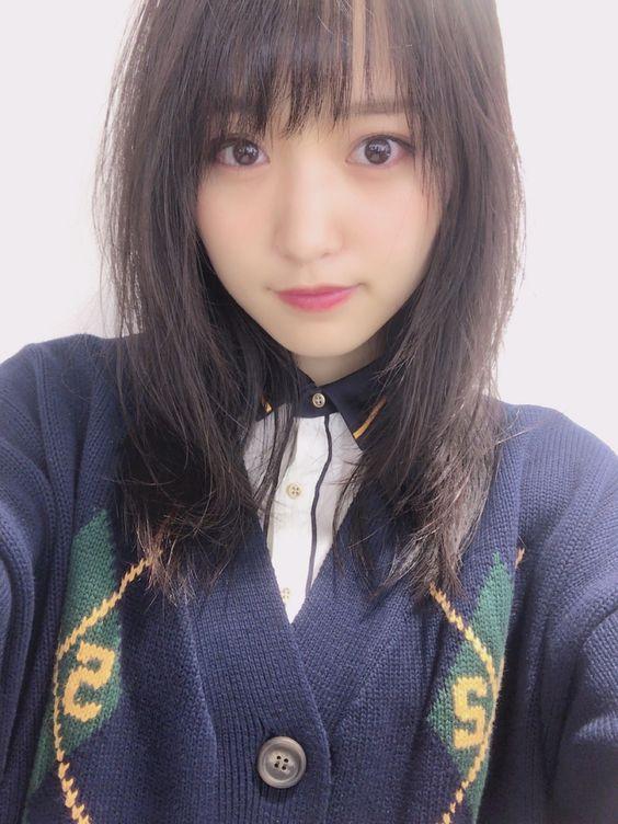 紺色の服の菅井友香