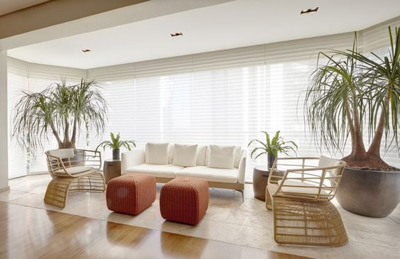 O designer de interiores Oscar Mikail projetou este apartamento em Higienópolis com 350 m² para um recém-casal de executivos que buscava uma decoração moderna, com pequenos detalhes clássicos e com muito design e soluções praticas para o uso diário. Venha conferir: http://bit.ly/2aCRXVZ