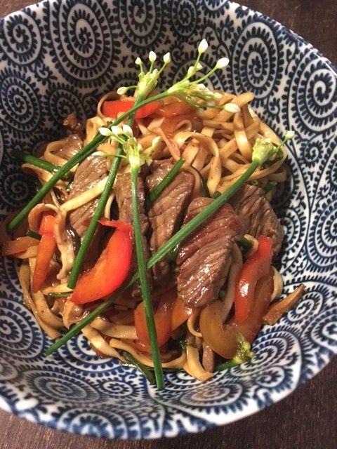 Nach den Osterschlemmereien ein leichtes, gesundes Gericht, das blitzschnell zubereitet ist: Chinesische Nudeln mit Rindfleisch und Schnittknoblauch. Oder: Ach, dieses Internet! Ich hoffe, Ihr hatt…