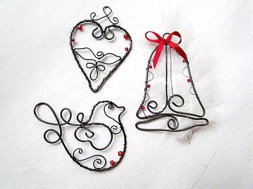 Vyrobené z drôtu a sklenených korálikov. Pekne vyniknú na bielom podklade. Možno ich vložiť k vianočnému pozdravu ako malý darček..., zavesiť na dvere, do okna...... Cena za 3 ks...