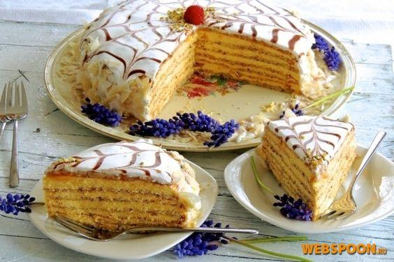 Венский торт «Эcтерхази»  Торт назван в честь дипломата Павла 3-го Антона Эстерхази. Этот кремовый торт был в начале 20 столетия разработан кондиторами в Будепеште. Совсем скоро дошёл до Вены и стал принадлежать к Венской фирменной кухне.   Торт состоит из светло-жёлтого масляного крема, который в классическом варианте покрывает 5 белково-миндальных коржей, и покрыт толстым слоем белой сахарной глазури, украшен классическим рисунком для Эстерхази, а так же фруктами, орехами, шоколадом.  ...