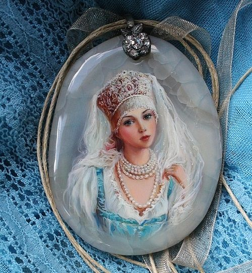 Pendant from the series 'Russian Beauty'. Lacquer miniature painting on a cut of agate. Artist Anna Taleyeva: