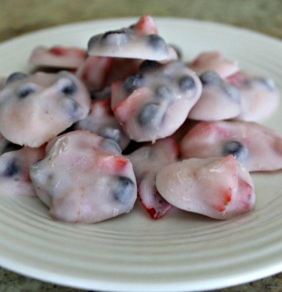 Toller Snack für den Sommer mit wenig Kalorien: Einfach Joghurt mit Früchten mischen und auf ein gefettetes Backblech oder Backpapier klecksen und dann ab damit in das Gefrierfach