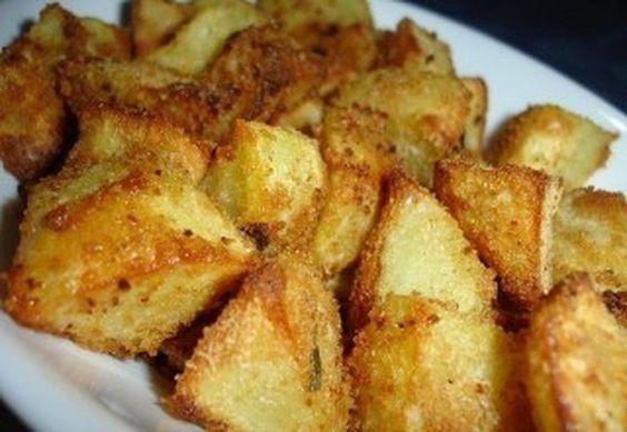Sbucciate le patate e riponetele in una ciotola con acqua fredda, nel mixer o robot da cucina tritate il pane, le erbette, il sale, il pepe