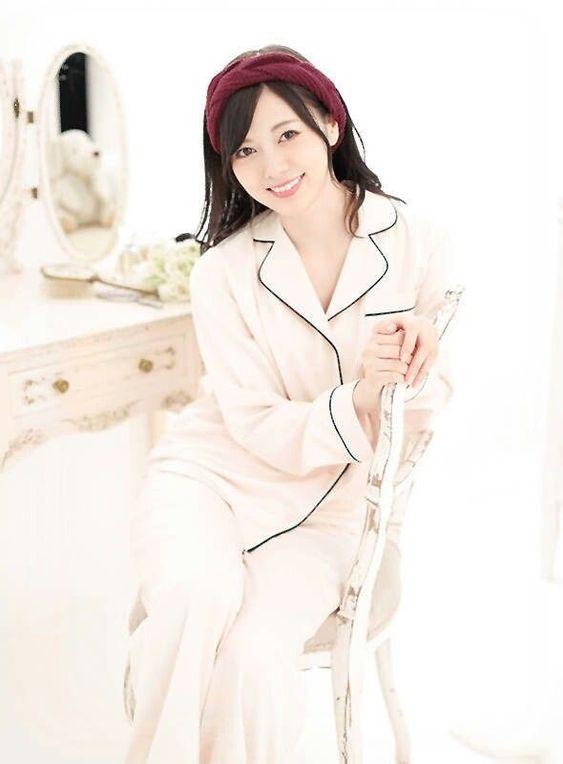 パジャマで椅子に座る白石麻衣