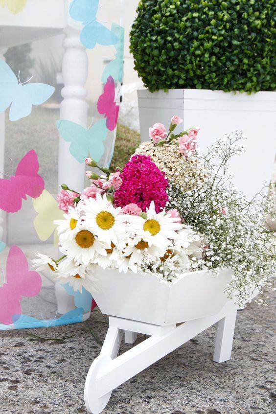 Muitas flores e borboletas nesta festa