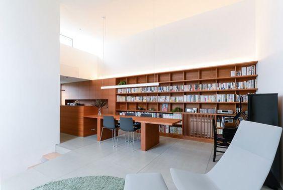 白い壁面のなかで木の素材感が引き立つ2階のLDKスペース。テーブルと本棚、収納にはすべてチェリーを使用した。