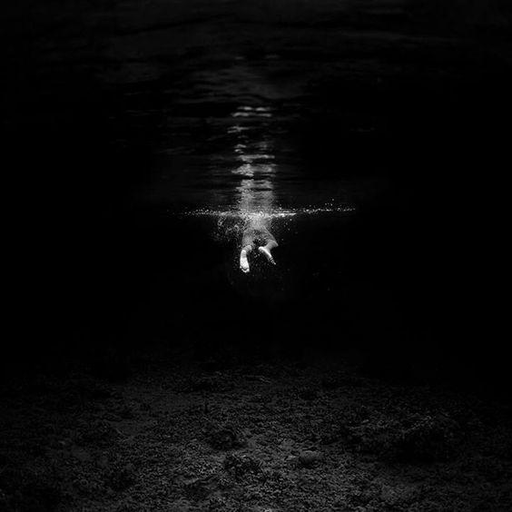 """Te diré algo yo también sobre el agua. Sabes que no me gusta mucho, paso mucho frío pero cuando entro en ella lo que me encanta es sumergirme dentro de ella y sentir el silencio. Bucear muy despacio notando como mis brazos y mis piernas se hacen camino entre el agua y avanzar muy, muy despacio """"escuchando ese silencio""""."""
