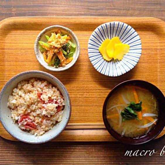 久しぶりの玄米ご飯。 いつもよりも浸水時間を増やして。 たっぷりお水を含んだ玄米は、ふっくらもちもちでした。  お味噌汁と一緒に頂く朝ごはんで、心落ち着いた朝。 - 19件のもぐもぐ - ♪マクロビ♪久しぶりの玄米朝ごはん by koumei19